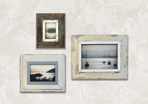 Arredamento parete crema con composizione di cornici con foto di mare e laghi rilassanti
