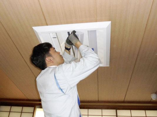 新しく交換したLEDタイプの照明器具にLEDランプを取付