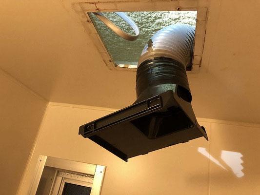 浴室換気扇(ダクト用)の取付の様子