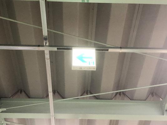 交換工事が完了して点灯したLEDタイプの避難誘導灯