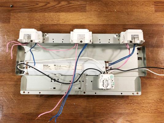 故障した安定器を取り外した照明器具(天井埋込型)の内部