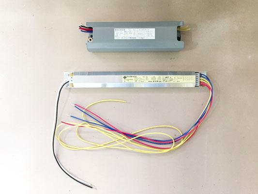 上:不具合を起こした照明安定器 下:交換する新しい照明安定器