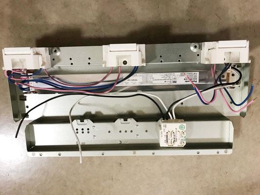 修理のために安定器を取り外した「埋込スクエア型照明器具(3灯タイプ)」