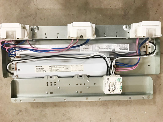 修理のために天井から取り外した「埋込スクエア型照明器具(3灯タイプ)」