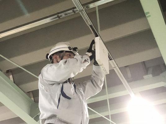 LEDタイプ避難誘導灯の取付作業の様子