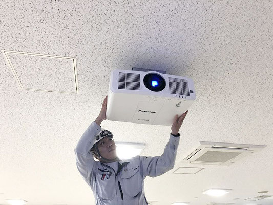 会議室用AV設備(新潟市東区)の「ハイエンドプロジェクター」設置工事の様子