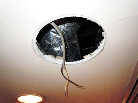 ホテルの非常灯(非常用照明器具)の撤去跡