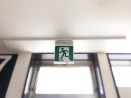 LEDタイプの避難誘導灯(天井吊り下げ型)