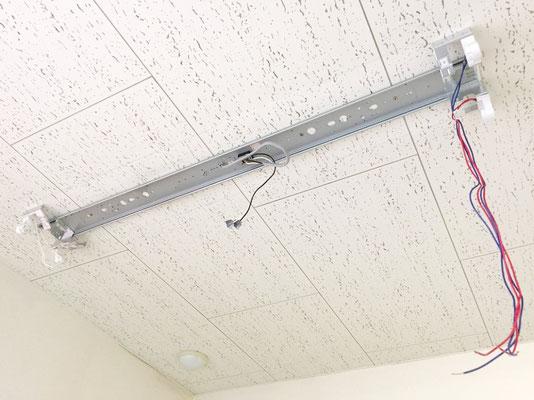 修理の為に安定器を取り外した照明器具(天井直付け型)の内部