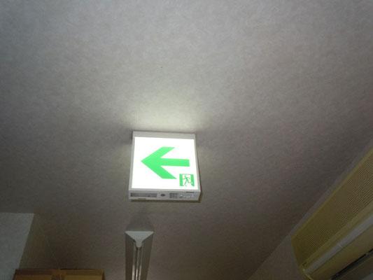 新しく交換取付したLEDタイプの避難誘導灯