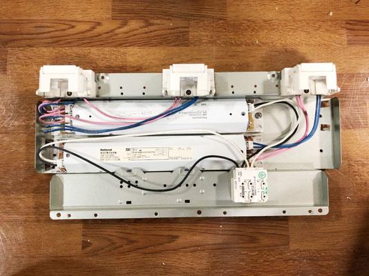 新品の安定器を取り付け直した照明器具(天井埋込型)の内部