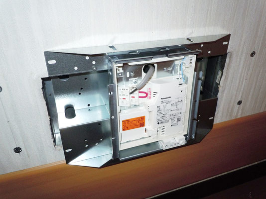 避難誘導灯(LEDタイプ)の取付の様子