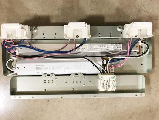 安定器を交換した「埋込スクエア型照明器具(3灯タイプ)」