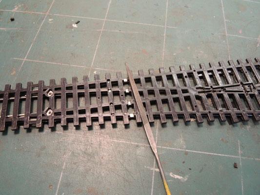 On dégage bien le plastique et on nettoie le rail en dessous pour pouvoir souder rapidement et sans trop chauffer l'aiguille ( important ! )