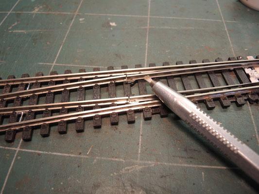 Fiabilisons maintenant la connection entre les lames mobiles et les closure rails. D'abord on décape le flanc du rail au crayon à fibres de verre pour souder plus facilement.