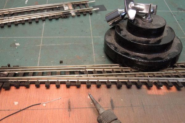 On étame 8/9mm de fil de décodeur  (très petite section donc ) , une goutte de soudure liquide sur le flanc du rail ! et hop on soude le fil entre la partie mobile et la partie fixe.