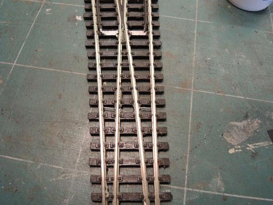 Coté face! Sur cette ancienne aiguille Peco les closure rails étaientt continus depuis les lames mobiles jusqu'à la pointe de coeur. il faut isoler les closure rails de la pointe de coeur!