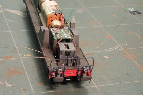 les fils sont repèrés et passés dans le chassis, la traverse est remise en place.