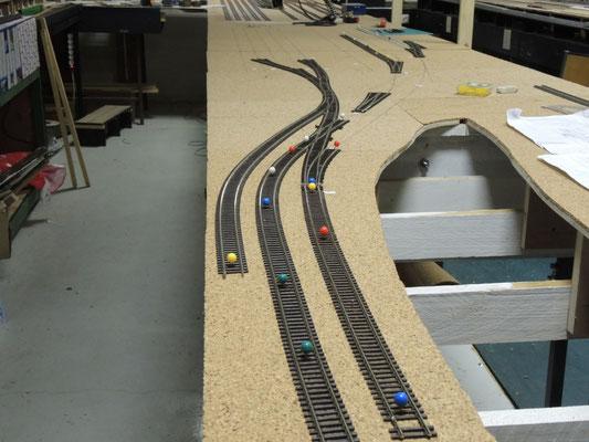 Vue depuis l'entrée ouest de la gare, la voie à gauche est le tiroir de manoeuvre de la zone marchandises.