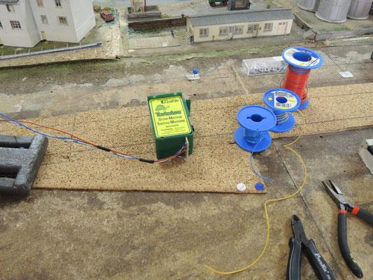 On prépare le câblage des moteurs avant de les mettre en place.