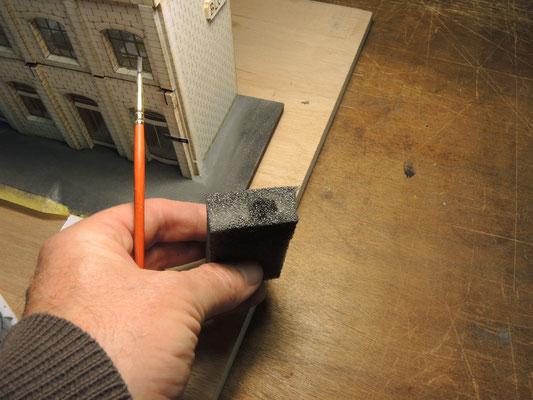 on charge la mousse de noir pour réaliser des taches au sol