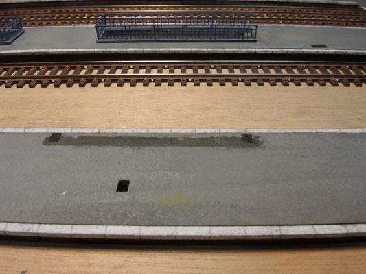 Remarquez la précision des découpes dans le quai destinées à recevoir les pieds de la charpente métallique!