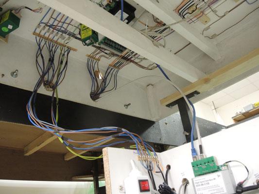 Une vue du câblage sous les modules et les connections entre les centrales et le réseau. On aperçoit l'interface de rétrosignalisation LDT et les câbles RJ45 parcourant le réseau.