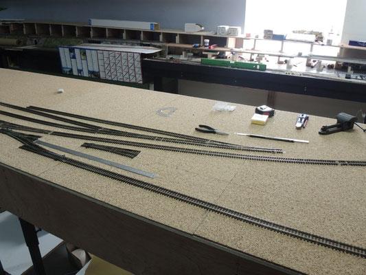 On place aussi les premières voies de la nouvelle gare.
