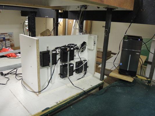 """l'implantation dans un """"meuble"""" permet d'accéder facilement à tout ce petit monde pour les modifications ou la maintenance. Un disjoncteur 16A protège le tout."""