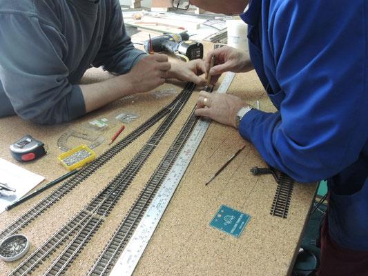 L'axe des voies a été reporté sur la couche de liège et un soin particulier est appliqué à l'alignement des voies