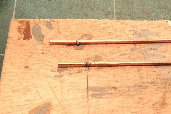 les attaches gouttières sont réalisées avec du fil de décodeur très fin, soudés.