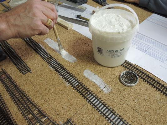 La même colle diluée sera utilisée plus tard pour le ballast.