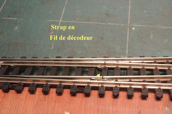 La partie mobile de l'aiguille est reliée par le petit fil de façon fiable et cela tiendra dans le temps.  Attention à être très léger sur la soudure pour éviter de faire dérailler les trains avec une soudure trop grosse ou de bloquer l'aiguille.