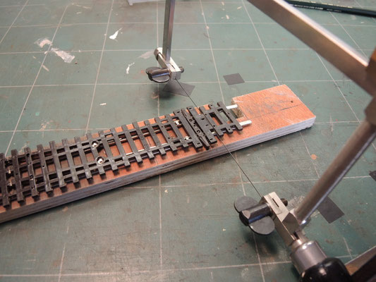 Avec la scie Bocfil on coupe la traverse un peu énorme coté talon de l'aiguille.