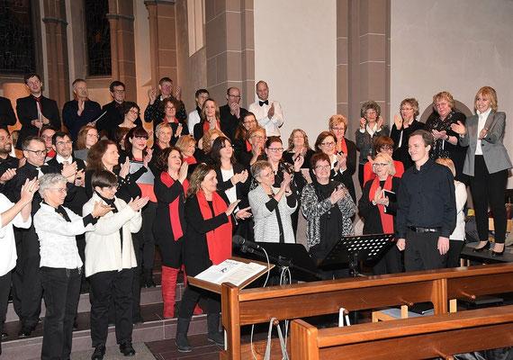 Applaus  von den Chören für den Dirigent Johannes Kaupp