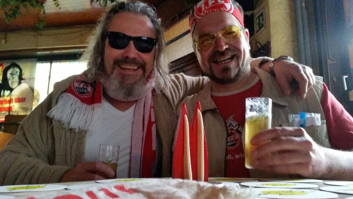 Kölle: Der Dude und Walter am Karnevalssonntag vor dem FC-Spiel in der Ubierschänke (Christian und Klaus)