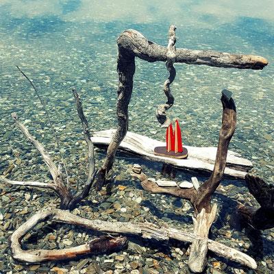 Neuseeland, Lake Tawea, Campingplatz Kidds Bush... glasklarer See, keine Menschen und viel Zeit, da kann man künstlerisch-kreativ werden. (Phil)