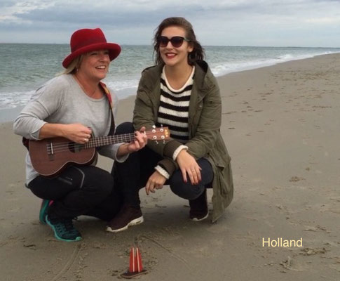 Holland. Renesse-Strand. Hier geben Nina und Silke den Song vom Dom2go zum Besten. (Gäng Latäng:)