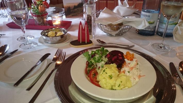 Deutschland, Oberstaufen: Leckeres Abendessen im Hotel Concordia mit dem kleinen Dom als Tisch-Deko (Wolfgang)