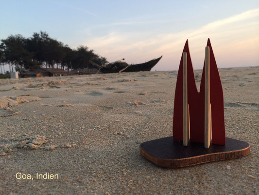 Indien, Goa: Benaulim Beach - der ruhige Teil von Goa im Süden. Ohne die Palmen hinter den Dünen und die Fischerboote, und hätte das Wasser nicht 28 Grad, könnte man glauben, man sei in Holland. Denn hier gibt's Heineken, Sand, Sonne und Meer. (Silke)