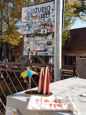 """Litauen, Vilnius: Die """"Freie Republik Uzupis"""" ist ein Künstlerstadtteil mit vielen Galerien und Streetart. Hier steht auch schonmal ein Flügel mitten im Fluss. (MarcMarcus)"""