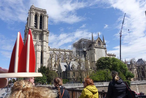 Frankreich, Paris, Notre Dame: Das Dömchen stattet seiner schwer verletzten Schwester einen Besuch ab. (Steffi, Micha, Theo und die Oma)