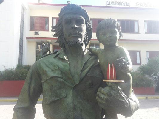 """Kuba: Viva la Revolution! Das Mausoleum des """"Comandante"""" Che Guevara steht in Santa Clara. An dieser Satue sind viele kleine Dinge zu entdecken. (Inken)"""