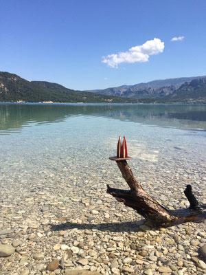 Frankreich, Provence: Lac de St. Croix. Ein Stausee des Verdon mit vielen Freizeitmöglichkeiten. Das Wasser ist türkisblau, aber etwas trüb aufgrund seiner Kalkhaltigkeit. (Silke)
