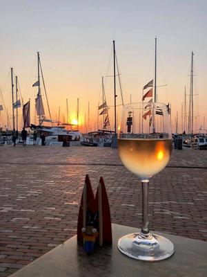 Holland, Bruinisse, Yachthafen. Von der großen Restaurantterrasse ein toller Blick auf die Boote und sehr hübsche Sonnenuntergänge. Fotoapparat: Neues iPhone. (Elke)