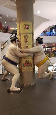 Thailand, Bangkok, Shopping Mall. Suchbild mit Sumoringern (Nina)