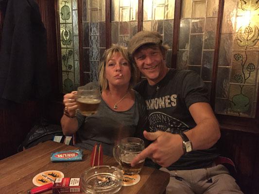 Tschechien, Prag: Zum goldenen Tiger (U Zlatého tygra). Eine Muss-Kneipe, in der viele Touristen, aber noch mehr Tschechen sind. Das Bier ist TOP! Hier: die letzten Wochen vor dem Rauchverbot, das im Dezember 2015 auch Tschechien traf. (JoSi)