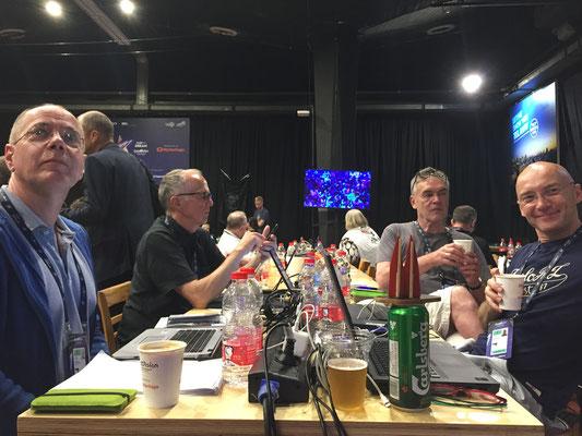 Isreal, Tel Aviv Expo: Das Dömchen schaut sich mit Silkes Kollegen im Pressezentrum das ESC-Finale an. Ein Bier darf sein. (Silke)
