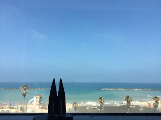 """Israel, Tel Aviv: Aussicht aus dem Hotelzimmer. Das Hotel """"Prima Tel Aviv"""" ist ordentlich, aber im Vergleich zu den meisten anderen Luxusbuden am Strand von Tel Aviv ist es eher eine Absteige... Location: Frishman-Beach (Silke)"""