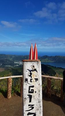 Azoren, Sao Miguel: Sete Cidades. Ein Vulkankrater mit zwei Seen, die je nach Licht unterschiedliche Farben haben. Es ranken sich Legenden um eine Prinzessin und einen Schäfer, die getrennt wurden und ihre Tränen verfärben das Wasser auf ewig... (Nina)